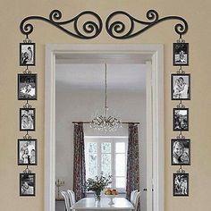 Puerta decorada con detalle en hierro forjado y fotos familiares