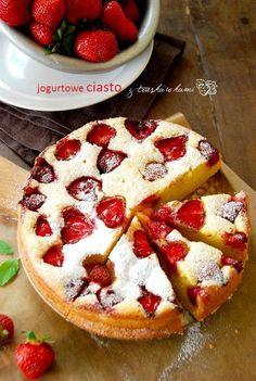 Jogurtowe ciasto z truskawkami | Słodkie Przepisy Kulinarne Sweet Recipes, Cake Recipes, Dessert Recipes, Anko, Delicious Desserts, Yummy Food, Sweets Cake, How Sweet Eats, I Love Food