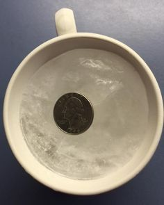Here's why you should always put a quarter on a cup of frozen water before evacuating in a hurricane, or any time because a storm could cause an outage for days. Fee Du Logis, Hurricane Preparedness, Emergency Preparedness, Hurricane Evacuation, Emergency Preparation, Emergency Food, Frozen Water, Juicing For Health, Power Outage