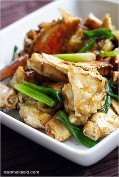 Chinese ginger and scallion crab recipe. This ginger and scallion crab recipes makes restaurant-worthy ginger and scallion crab, as good as restaurant's. Easy Chinese Recipes, Asian Recipes, Ethnic Recipes, Rasa Malaysia, Fish Dishes, Seafood Dishes, Asian Crab Recipe, Chinese Crab Recipe, Crab Recipes