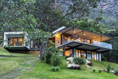 House design - Modern Brazilian Retreat Embracing Transparency and Open Spaces Houses On Slopes, Hillside House, Forest House, Dream House Exterior, House On A Hill, House Roof, Modern House Design, Home Design, Design Ideas