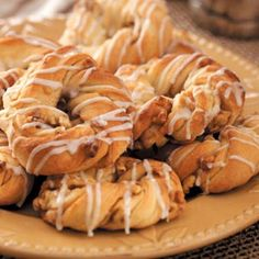 Easy Apple Danish Recipe- Recipes This dough should be refrigerated for at least 2 hours. I often prepare it the night before and bake the rolls fresh in the morning as a special breakfast treat. Bakery Recipes, Cooking Recipes, Bakery Ideas, Apple Danish, Sweet Pastries, Danish Pastries, Yeast Bread Recipes, Danish Food, Danishes