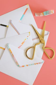 Upgrade plain letters with these very simple DIY washi tape lined envelopes that add a pretty pop of color in just minutes! Diy Stationery Set, Handmade Stationary, Diy Paper, Paper Crafts, Origami, Make Your Own Stamp, Mail Art Envelopes, Diy Bookmarks, Fun Mail