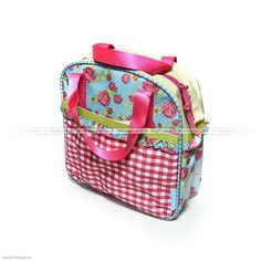 """Stylowa torba do roweru Basil Jasmin Rosa montowana jest na bagażniku. Producent pisze na opakowaniu """"a girl's dream..."""" i trudno się z nim nie zgodzić ;-) Torba ma pojemność 10 litrów, zapinana jest na suwak i ma różowe uszy do noszenia. Z boku torby znajdują się uchwyty do zamocowania regulowanej na długość taśmy służącej do noszenia torby na ramieniu... na owej taśmie znajduje się pokaźnej wielkości kokarda... """"a girl's dream..."""" :-)"""