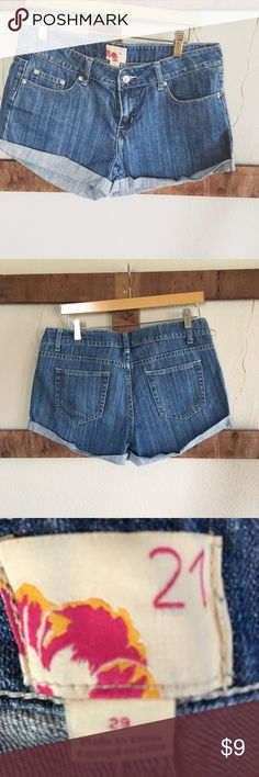 """Denim jean short Forever 21🌱 Forever 21 denim jeans short🌱 get them for the summer🌻 size 29, 16"""" waist, 10"""" length, midrise. ✂️ make an offer and they're yours I'm just trying to clean out my closet✨ Forever 21 Shorts Jean Shorts"""