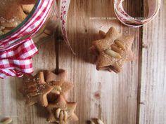 Biscotti con farina di castagne e pinoli http://www.mangioridoamo.com/2016/11/biscotti-con-farina-di-castagne-e-pinoli.html