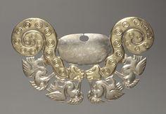 Ornamento de la nariz con serpientes y aves de cuello largo, c. 100-300 Perú, Costa Norte, la cultura Moche (50-800), Periodo Intermedio Temprano (0-700) aleación de oro y plata, general - h: 7.60 w: 13,90 cm (h: 2 15/16 w: 5 7/16 pulgadas) peso: 16.91 g .. Indemnizaciones y Greta Millikin Fondo Compra 2005.177