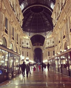 Milan Italy, Window Shopping, Italy Travel, The Good Place, Louvre, Architecture, Building, Places, Instagram Posts