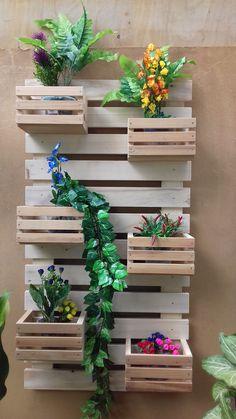 8 Excellent Pallet Garden Ideas For Your Backyard Diy Planter Box, Diy Planters, House Plants Decor, Plant Decor, Pallets Garden, Wood Pallets, Pallet Wood, Image Deco, Palette Diy