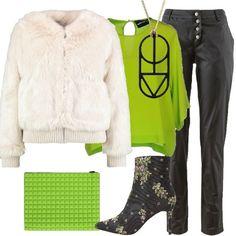 Outfit composto da giacca invernale avorio in pelliccia ecologica, scollo tondo, zip, bordi in maglia, tasche, abbinata a pantalone nero, effetto spalmato, vita bassa, bottoni. Blusa verde acido, in seta, scollo tondo, chiusa sul retro, stivaletto nero, fantasia floreale, punta, tacco a spillo, zip, borsa verde mela in tessuto a micro cuscinetti, collana dorata, con ciondolo nero Marc Jacobs.