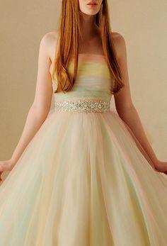 優しいシャーベットカラーのチュールを重ねることで 透明感と絶妙な色のニュアンスを表現した、おしゃれな 花嫁様におすすめのドレス。ビジューベルトをハイウエストの 位置にあしらい、スタイルを良く見せてくれます。