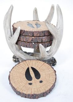 These deer hoof print coasters look great inside or outside of their antler shaped holder. The design features four tree slice shaped coasters along with an antler shaped coaster holder. These ant Deer Antler Crafts, Hunting Crafts, Antler Art, Hunting Home Decor, Deer Decor, Rustic Decor, Rustic Wood, Antler Decorations, Coaster Furniture