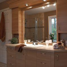 Salle de bain style classique avec comptoir en stratifié Bathroom Vanity Designs, Bathroom Sink Vanity, Bathroom Renos, Bathroom Interior, Dinning Room Cabinet, Lavabo Design, Rideaux Design, Style Classique, Corian