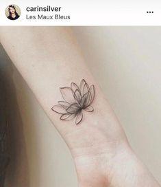 Flower tattoo for your wrist - Tattoo art - Minimalist Tattoo Lotusblume Tattoo, Unalome Tattoo, Piercing Tattoo, Tattoo Fonts, Body Art Tattoos, Piercings, Tattoo Flash, Tattoo Girls, Tiny Tattoos For Girls