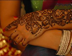 HENNA - The Middle Eastern or Arabic style: This style of Mehendi is inspired by Arabic textiles, paintings and carvings, where floral patterns are used. It is less detailed and intricate, but at the same time open and flowing. Instead of having fill-in designs, the patterns are boldy colored. Many popular Arabic designs are vines and leaves with beautiful flowers. The latest fashion is to incorporate colored glitter with Arabic Mehendi, which looks absolutely stunning.