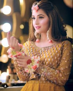 How to prepare for indian wedding engagements Pakistani Bridal Hairstyles, Bridal Hairstyle Indian Wedding, Pakistani Bridal Makeup, Pakistani Wedding Outfits, Indian Bridal Outfits, Indian Bridal Fashion, Mehndi Hairstyles, Indian Wedding Jewelry, Indian Hairstyles
