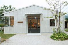 Shop Facade, Facade House, Warehouse Renovation, Warehouse Design, Tin House, Casas Containers, Laundry Design, Modern Garage, Cafe Interior Design