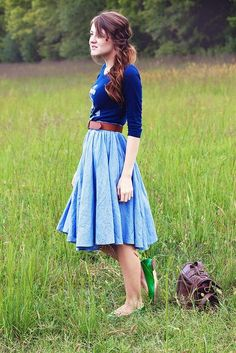 Blue outfit, and green shoes. Love the causual/dressy look and all big pleats in the skirt paired with the thick brown belt. Dress Up, Dress Skirt, Skirt Belt, How To Have Style, Vestidos Fashion, Nicole Richie, Mode Outfits, Looks Style, Look Chic