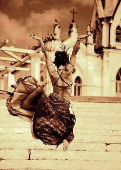 Bůh nás respektuje, když pracujeme, ale miluje nás, když tančíme.  ~ Súfijské přísloví