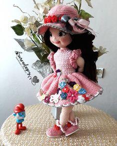 Merhabalar ❤😚 Ben çiçek kızlarımı örmeye devam etmekteyim.  Tarifi paylaştığım dostlar sizlerden de yaptığınız çiçek kızlarımızın… Crochet Doll Clothes, Doll Clothes Patterns, Crochet Dolls, Doll Patterns, Crochet Patterns, Crochet Hats, Doll Toys, Baby Dolls, Baby Girl Gifts