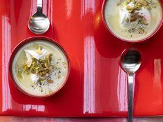 Artischocken sind ein echtes Superfood. Artischocken-Cremesuppe - mit Oliven und Mandeln - smarter - Kalorien: 374 Kcal - Zeit: 45 Min. | eatsmarter.de