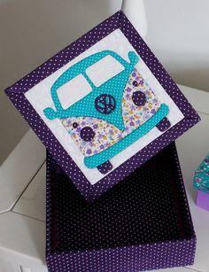 Caixa em MDF revestida com tecido e tampa trabalhada em patchwork embutido. *É possível alterar o desenho da caixa, bem como, os tecidos, as cores e estampas. - 4F075B Patchwork Cushion, Patchwork Baby, Patchwork Fabric, Fabric Scraps, Diy Crafts For Gifts, Crafts To Make And Sell, Hobbies And Crafts, Felt Pillow, Framed Fabric