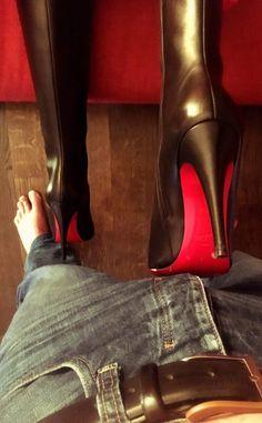 Как девки топтали ногами в сапогах и в туфлях парней