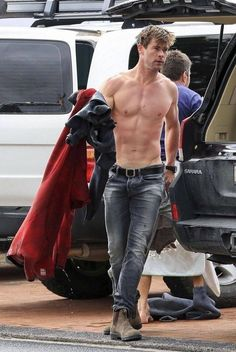 Thor actor Chris Hemsworth goes surfing in Byron Bay Chris Hemsworth Thor, Chris Hemsworth Sem Camisa, Chris Hemsworth Family, Hemsworth Brothers, Hottest Male Celebrities, Celebs, Fangirl, Hommes Sexy, Hot Actors