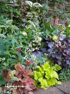 31 Unique Garden Fence Decoration Ideas to Brighten Your Yard - The Trending House Unique Gardens, Small Gardens, Amazing Gardens, Beautiful Gardens, Vintage Garden Decor, Vintage Gardening, Love Garden, Shade Garden, Flower Planters