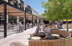 O escritório do Facebook em Menlo Park (EUA) se destaca pelo espaço. Parques, escritórios e espaços de convivência foram construídos sem aperto para os funcionários. Dá até para andar de bicicleta por lá.