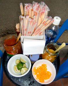 Fischsaucen-Dip Nuoc Cham mit Limettensaft und Zucker, gewürzt mit Knoblauch, Chilis, Pfeffer und Ingwer. Ein Rezept für Gekochtes und Gegrilltes.