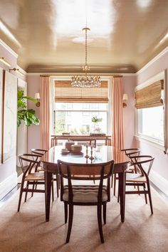 Soft pink walls and a high-gloss ceiling in a dining room #high-gloss #interiordesign #diningroom