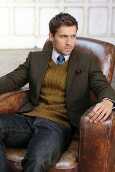 Cores do outono, limpar cortar look casual: casaco de tweed, cabo camisola de malha com decote em V sobre a camisa e gravata, calça jeans