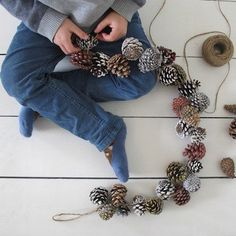 Little Brother: Festive Fir Cones - Adventszeit - unique crafts Christmas Makes, Rustic Christmas, Christmas Wreaths, Christmas Decorations, Christmas Ornaments, Primitive Christmas, Christmas Christmas, Pine Cone Art, Pine Cone Crafts