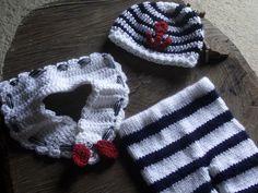 conjunto confeccionado em tricô e crochê.  cor - branco, azul marinho e detalhes em vermelho  tamanhos - RN / 1 a 3 / 3 a 6 meses R$ 99,00
