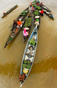 Life on the water in Vietnam. Vietnam Tours, Vietnam Travel, Asia Travel, Laos, Beautiful World, Beautiful Places, Vietnam Voyage, World Street, World View