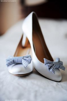 Ballerines blanches et flot rayé blanc-bleu. White flat wedding shoes.