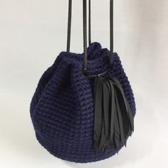 A drawstring with glitter charm on real fox fur . Crochet Backpack, Thick Yarn, Crochet Purses, Cute Bags, Knitted Bags, Handmade Design, Fox Fur, Crochet Projects, Hand Knitting