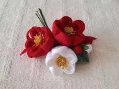 〈つまみ細工〉椿三輪とベルベットリボンの髪飾り(赤と白) - PAPER MOON