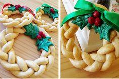 figurines de Noël en pâte à sel à faire soi-même - des mini-couronnes tressées et décorées de feuilles de houx et baies rouges