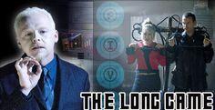 Le Docteur, Rose et Adam arrivent en l'an 200 000 à l'étage 139 du satellite 5, une station spatiale en orbite autour de la Terre. Il utilise son tournevis sonique donnant à Adam et Rose un crédit illimité pour acheter à manger pendant qu'il fait le tour de la station.