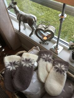 Knit Mittens, Knitting Patterns, Projects To Try, Slippers, Diagram, Needlepoint, Handarbeit, Knit Patterns, Slipper