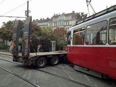 Wien - Bei einem Verkehrsunfall in Wien-Währing sind Freitag früh zwei Personen verletzt worden. Ein Lkw und eine Straßenbahn der Linie 41 sind in der Gentzgasse, Höhe Aumannplatz, zusammengestoßen Vienna, 18th, Trucks, Image, Friday, Line, Truck, Cars