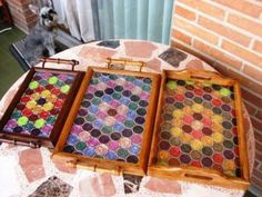 Creative recycling from coffee pods. In this post, you will find 31 ideas to recycle empty coffee pods. A great creative recycling! Cup Crafts, Diy And Crafts, Dosette Nespresso, Mosaic Tray, Coffee Pods, Recycled Art, Diy Projects, Inspirer, Nescafe