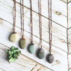 Strand-Kiesel-Halskette | Rohen Stein Halskette | Beach Steine Halskette | Kiesel-Anhänger auf Kupfer-Kette | Marthas Vineyard-Strand-Kiesel-Halskette