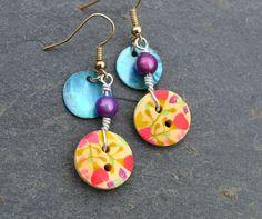 Boucles d'oreilles, boutons bois fleurs et nacres - Bijoux fantaisie TessNess : Boucles d'oreille par tessness