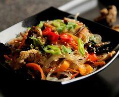 Smažené nudle se zeleninou a tonkatsu omáčkou Tonkatsu, Bulgarian Recipes, Asian Recipes, Ethnic Recipes, Japchae, Beef, Indie, Vietnam, Korea
