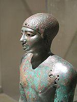 IMP. ANTIGUO. VI Dinastía: Pepi I. Dos estatuas cobre batido, cubiertas yeso dorado. Una imagen dentro de la otra.