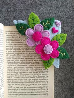 Corner bookmark with flowers and leaves felt bookmark Felt Crafts Patterns, Felt Crafts Diy, Fabric Crafts, Sewing Crafts, Doll Patterns, Felt Bookmark, Crochet Bookmarks, Corner Bookmarks, Book Markers