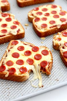 Fast and easy pizza toast is one of our favorites.- Schneller und einfacher Pizza-Toast ist eines unserer Lieblingsrezepte für ein geschäftiges Fast and easy pizza toast is one of our favorite recipes for a busy … – # busy - Pizza Recipes, Snack Recipes, Cooking Recipes, Easy Recipes, Beef Recipes, Recipes Dinner, Healthy Recipes, Cheese Recipes, Chicken Recipes